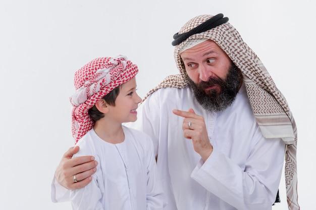 Padre mediorientale che insegna a suo figlio