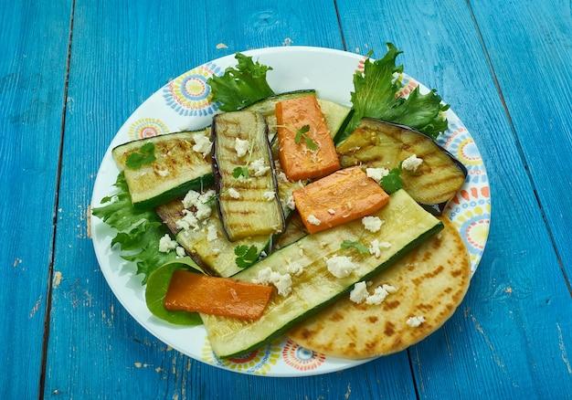 Primo piano di verdure arrostite in stile mediorientale