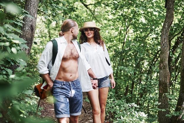 In mezzo al bosco. coppia di persone che esplorano la foresta locale in montagna alla ricerca di avventure.