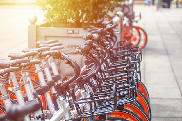 Milano, italia - 14.08.2018: noleggio e parcheggio biciclette nella città di milano.