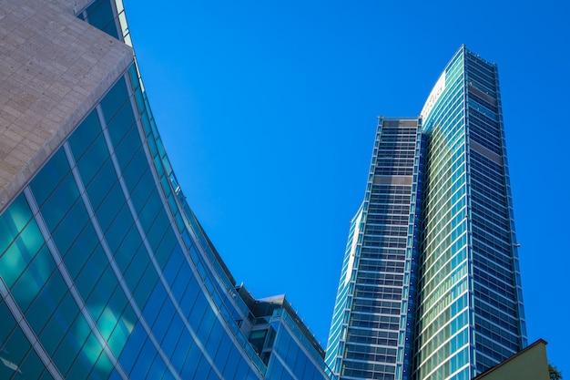 Milano, italia - circa settembre 2020: situata nel centro di milano, la regione lombardia (lombardia) è uno dei grattacieli moderni più famosi d'italia