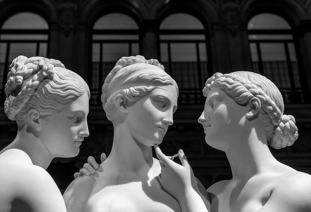 Milano, italia - giugno 2020: bertel thorvaldsenãƒâ¢ã'â€ã'â™s statua le tre grazie. scultura neoclassica, in marmo, dei mitologici tre cariti.