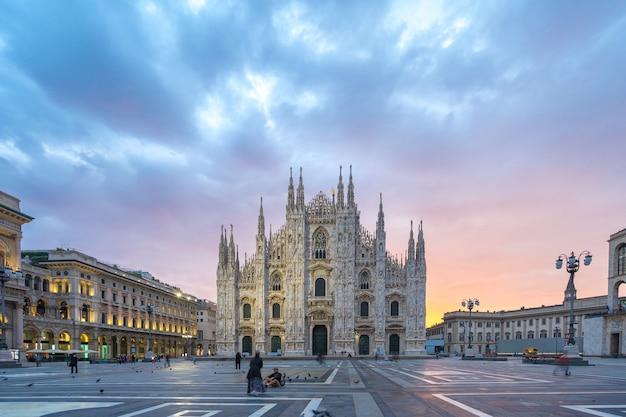 Piazza di milano con vista sul duomo di milano in italia.