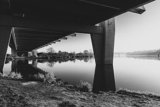 Ponte milenium a wroclaw, polonia, in bianco e nero