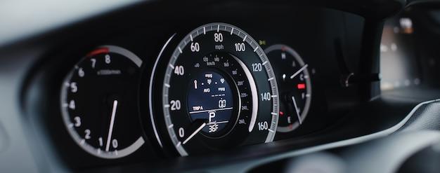 Chiuda il tachimetro di miglia dell'automobile moderna su. tachimetro per auto moderne. immagine ravvicinata del cruscotto di un'auto.