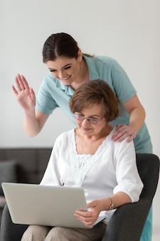 Donne di miley con colpo medio del computer portatile