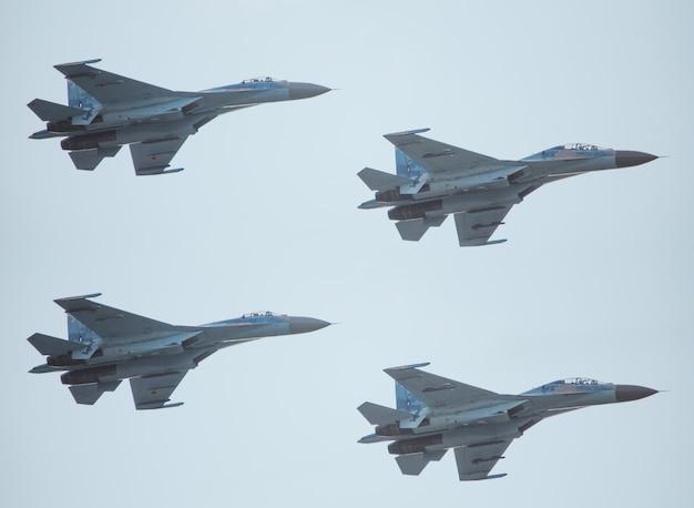 Combattenti di aerei militari di nuova generazione nel cielo.