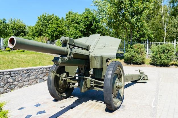 Equipaggiamento militare. il vecchio cannone. monumento.