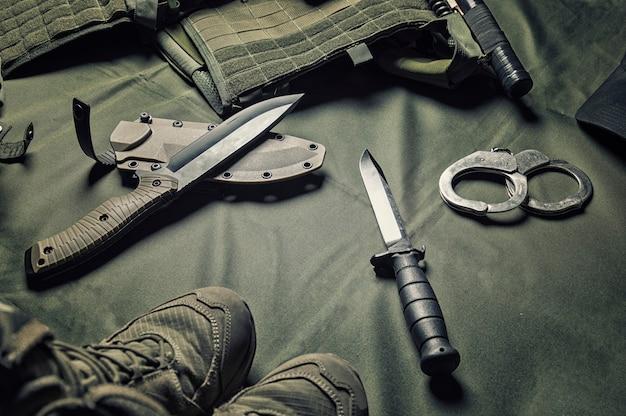 Equipaggiamento militare o agente speciale concetto di ingranaggio piatto sfondo laici con spazio di copia.