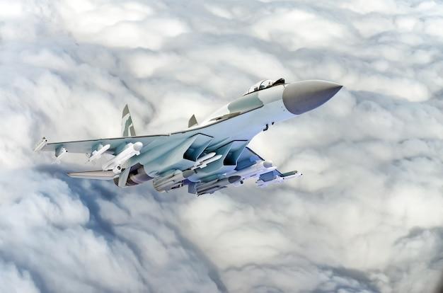 Aereo da caccia militare sopra le nuvole.