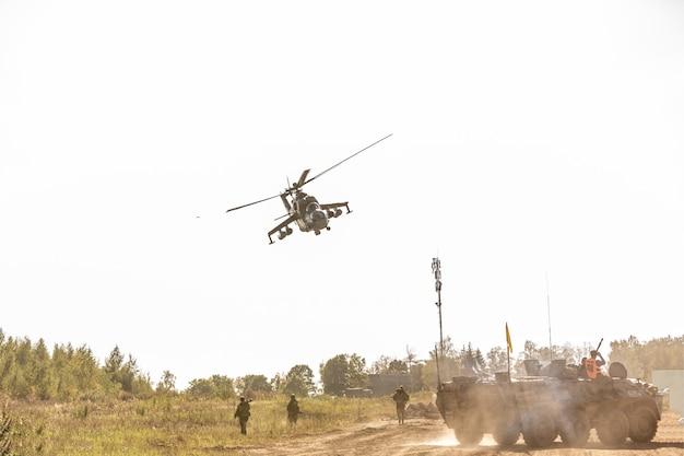 Volo militare dell'elicottero durante l'esercizio che esegue una dimostrazione militare