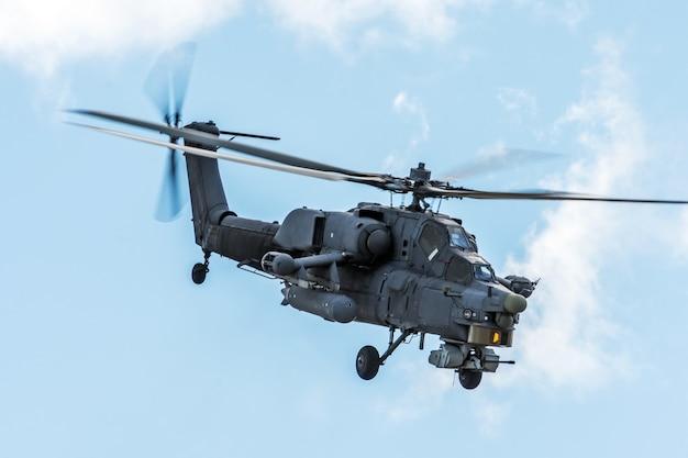 Elicottero militare nel cielo in missione di combattimento con armi.