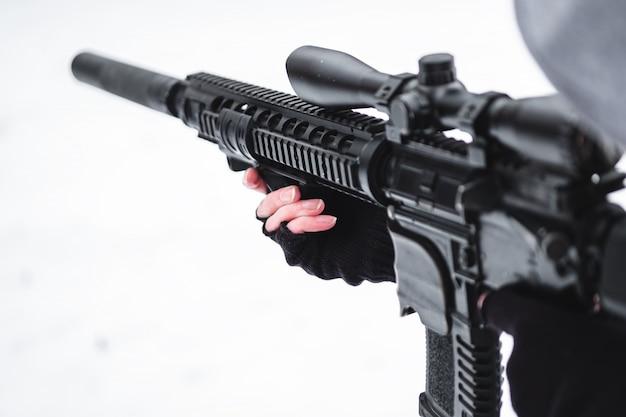 Un militare in mimetica in inverno con un fucile mira.