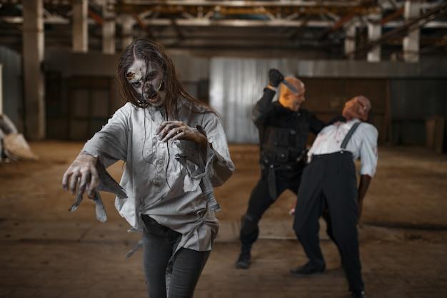 Incubo militare, battaglia con l'esercito di zombi in una fabbrica abbandonata. orrore in città, striscianti raccapriccianti, apocalisse del giorno del giudizio, mostri malvagi e sanguinosi