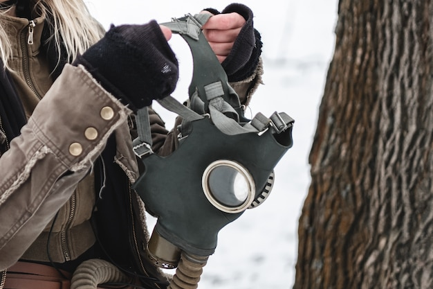 Il mercenario militare indossa una maschera antigas per la strada.