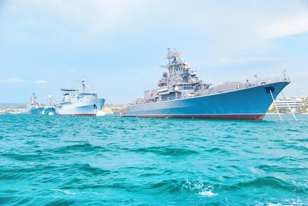 Navi della marina militare in ordine sul mare blu