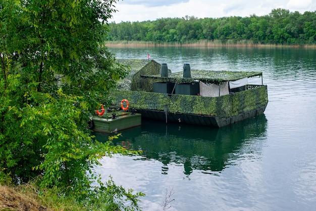Pontoni militari e navi sulla riva del fiume don patriottico traghetto rafting mostra di militar...