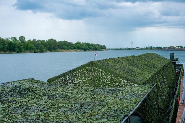 Pontoonships militari sulla riva del fiume don patriottico traghetto rafting mostra di militari navali