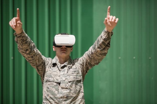 Soldato militare che utilizza l'auricolare per realtà virtuale nel campo di addestramento