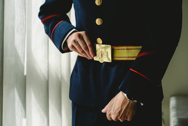 Soldato militare che indossa la sua uniforme