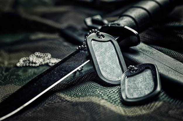 I gettoni militari sono sul coltello. il concetto di esercito, guerra, conflitto politico.