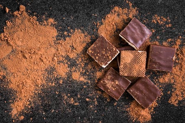 Scaglie di cioccolato al cioccolato al latte e cacao su fondo nero