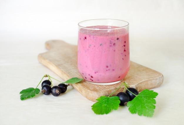 Munga il cocktail con le bacche di ribes nero in una tazza di vetro