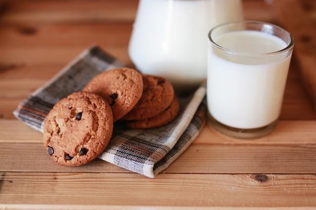 Latte e biscotti cereali