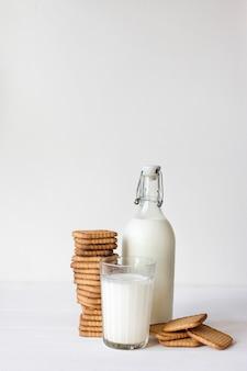Latte e biscotti su sfondo chiaro