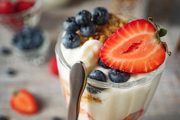 Dessert al latte con fragole e mirtilli si chiuda