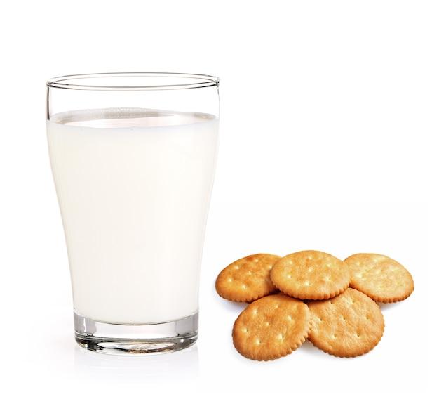 Bicchiere di latte e cracker rotondo su sfondo bianco