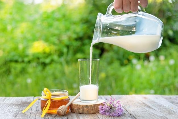 Il latte viene versato da una brocca in natura