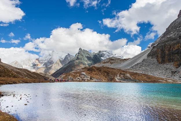 Lago del latte al parco nazionale di doacheng yading, sichuan, cina