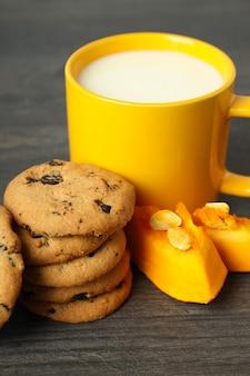 Biscotti al latte e zucca sul tavolo di legno grigio.