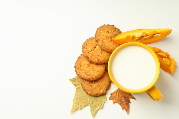 Biscotti al latte e zucca su sfondo bianco..