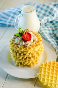 Waffle al latte e variegati con ricotta e fragole
