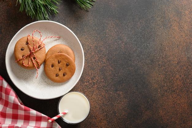 Latte per babbo natale e biscotti di pan di zenzero fatti in casa