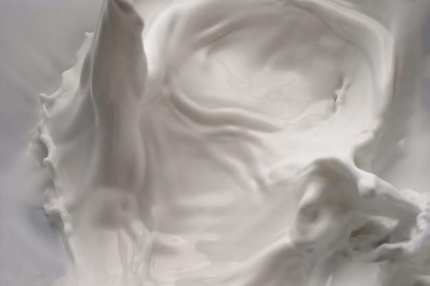 Onde di spruzzi di latte isolato sfondo bianco