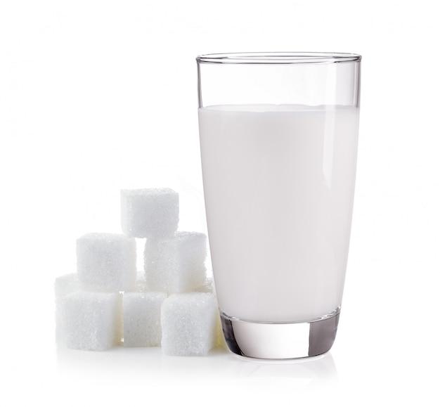 Latte con zucchero isolato