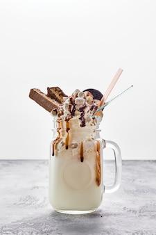 Milkshake con schiuma di panna montata vegetale, marshmallow e caramello