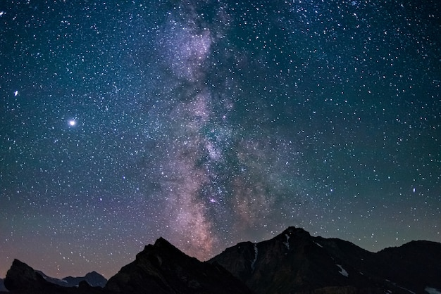 La via lattea e le stelle nel cielo notturno
