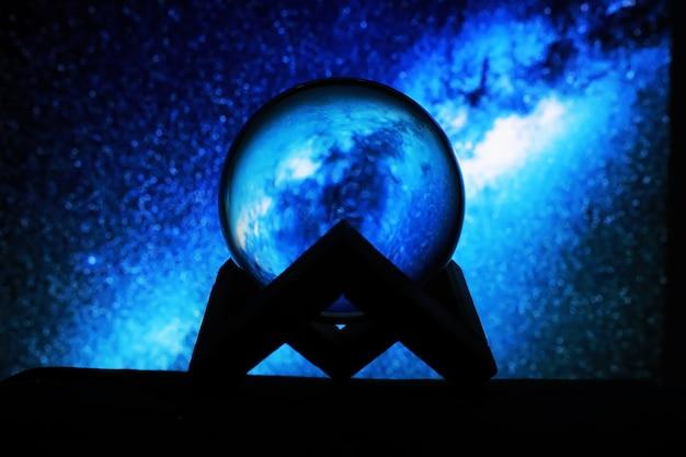 Via lattea nella sfera magica, indovino, concetto di potere mentale. pronostici palla magica. composizione misteriosa. indovino, potere mentale, concetto di previsione. copia spazio