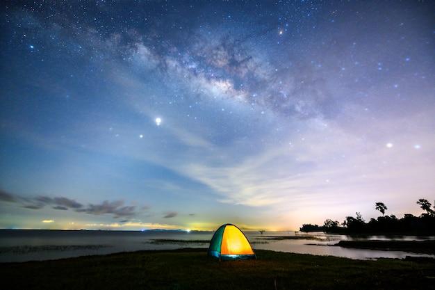 Via lattea con la tenda di campeggio vicino al lago a pakpra, phatthalung, tailandia