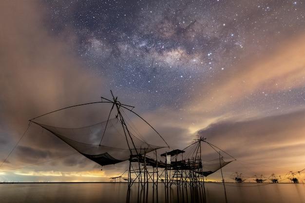 Via lattea con rete da pesca in mare