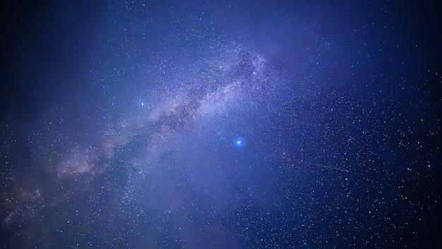 Via lattea con due stelle luminose stelle cadenti