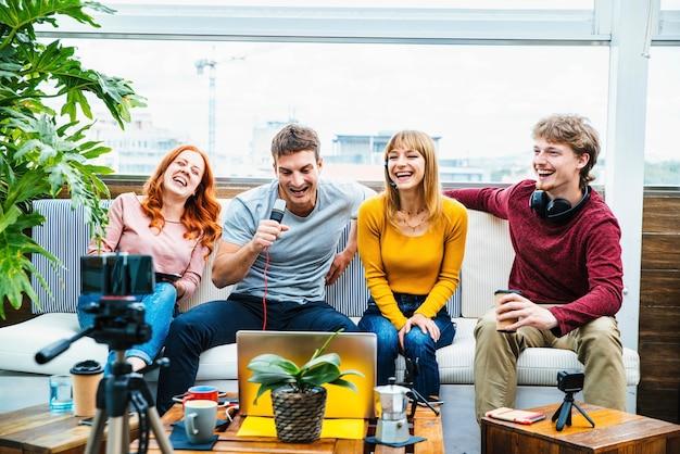 Gruppo di streamer creativi millenari che registrano trasmissioni video in diretta su piattaforme di social media