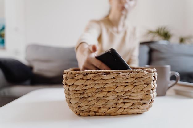 La ragazza millenaria a casa rifiuta di usare il telefono e leggere un libro. dipendenza dai social media. perdita di tempo. unplugged. concetto di dipendenza. foto di alta qualità