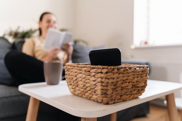 La ragazza millenaria a casa rifiuta di usare il telefono e leggere un libro. dipendenza dai social media. perdita di tempo Foto Premium