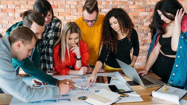 Affari dei millennial. lavoro di squadra di successo. persone che lavorano insieme sul progetto.