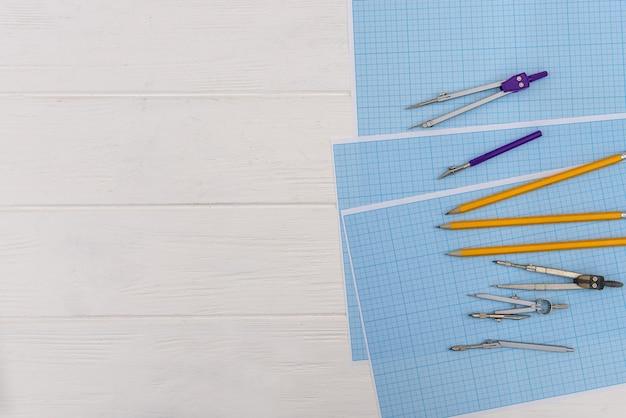 Carta millimetrata con attrezzatura da disegno a tavola